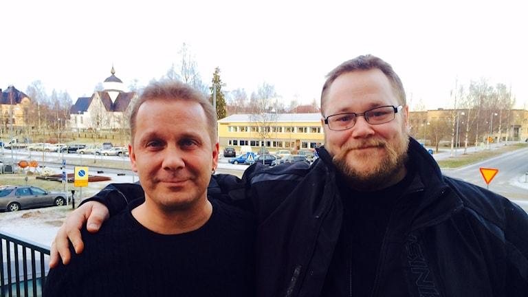 Johan, 37 (t.h.) är drogrfri sedan några månader tillbaka. Här tillsammans med Mikael Andersson (t.v.) som är lokalansvarig vid Länkarna i Piteå. Foto: David Zimmer/ Sveriges Radio.