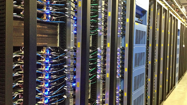 Dataservrar inne i Facebooks första datacenterhall i Luleå. Foto: Nils Eklund/Sveriges Radio.