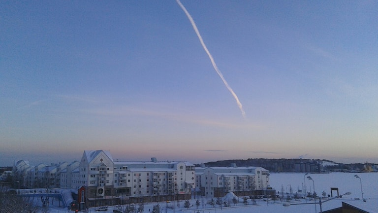 Flygstreck på himlen i Södra hamn i Luleå. Foto: Eleonor Norgren/Sveriges Radio.