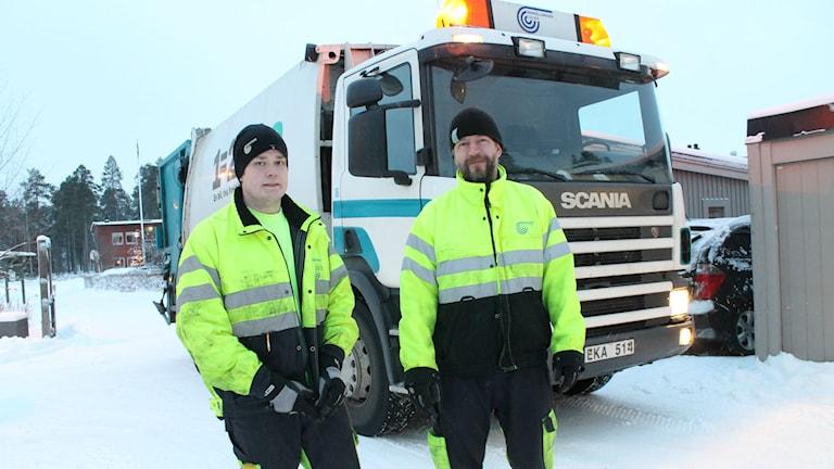 Andreas Lindgren och Daniel Henriksson från Luleå Renhållning. Foto: Eleonor Norgren/P4 Norrbotten