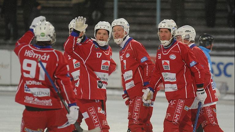 Johan Sunquist och Kalix Bandy jublar efter mål. Foto: Alf Lindbergh/Pressbilder.