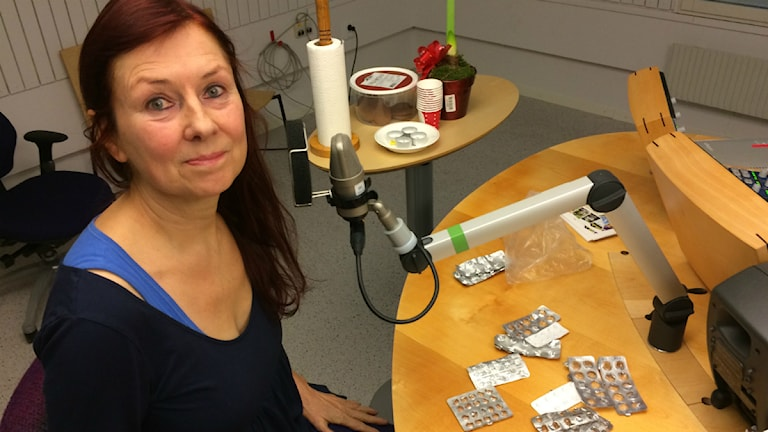 Kerstin Hedström letar pillerkartor. Foto: Anton Bennebrant/SR