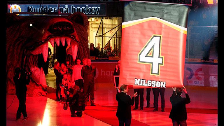 """Stefan """"Skuggan"""" Nilssons tröja nummer 4 hissas i taket i Coop Norrbotten Arena. Foto: Alf Lindbergh/Pressbilder."""