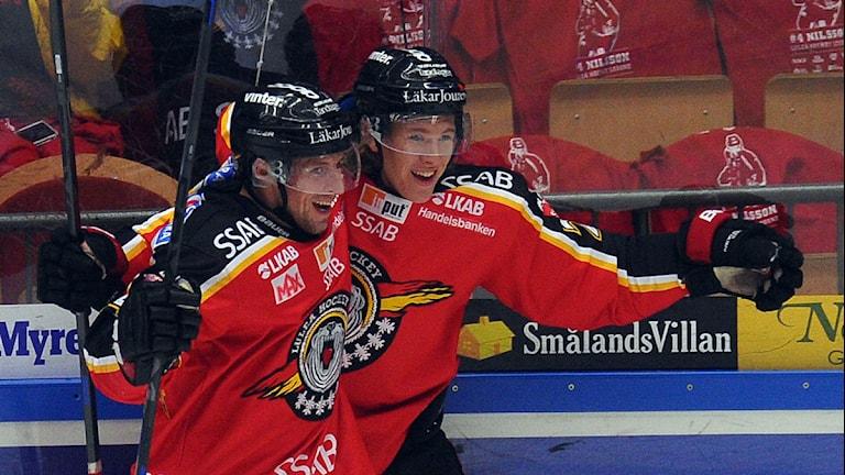 Luleå Hockeys Chris Abbott och Emil Sylvegård jublar efter mål. Foto: Alf Lindbergh/Pressbilder.
