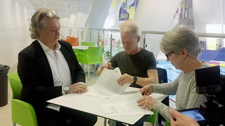Mille Örnmark i Project Planet, Kirunas biträdande kommunchef Mats Dahlberg och kommunalråd Kristina Zakrisson (S) skriver under avtal om badhus.