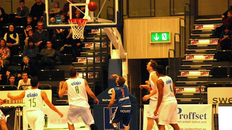 Adam Rönnqvist i LF basket skjuter. Foto: Hjalmar Lindberg/Sveriges Radio.