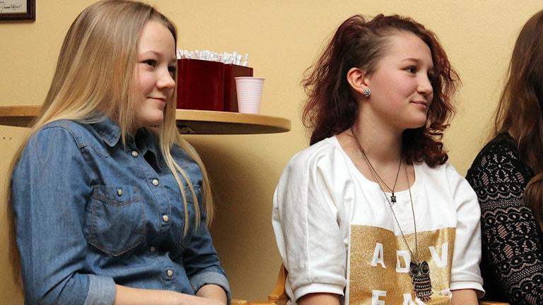 Emilia Ågren och Gry Lindblom Roslin har gjort skolarbeten om stadsomvandlingen i Kiruna. Foto: Alexander Linder/ Sveriges Radio.