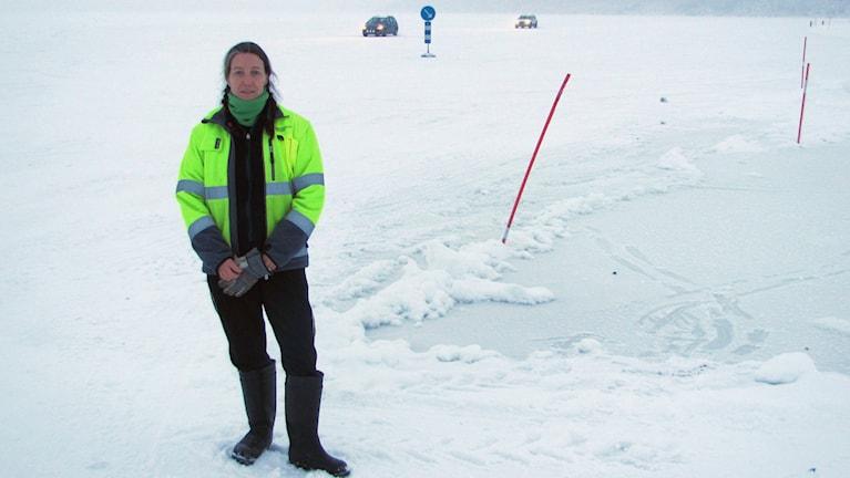 Gudrun Fredriksson från trafikverket jobbar med isvägen mellan Avan och Sunderbyn över Lule älv. Foto: Hjalmar Lindberg/Sveriges Radio.
