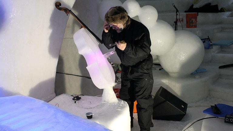 Tim Linhart i isigloon. Foto: Turi Wennberg/Sveriges Radio.