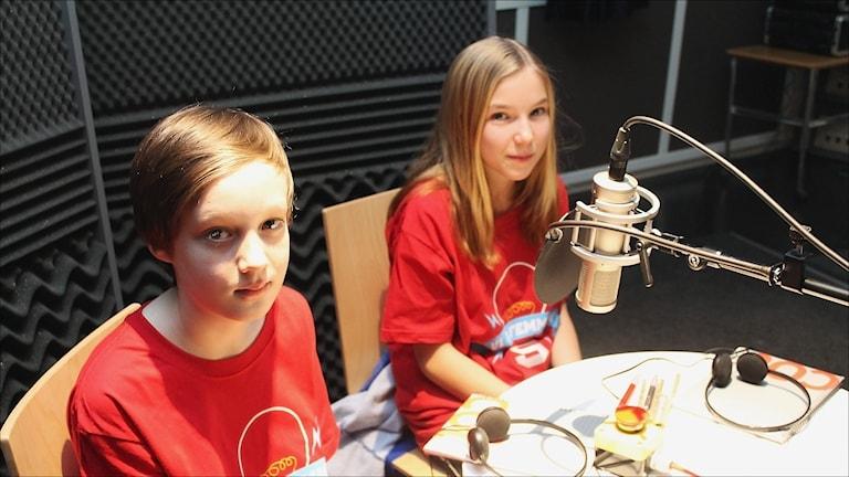 Elliot Nilsson och Janina Bramberg tävlar för Hertsöskolan 5A. Foto Stig-Arne Nordström/Sveriges Radio.