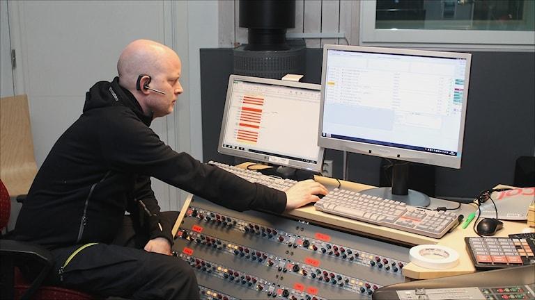 ViFEM 2015 Studion - Ljudtekniker Bjarne Johansson i kontrollrummet. Foto Stig-Arne Nordström/Sveriges Radio.