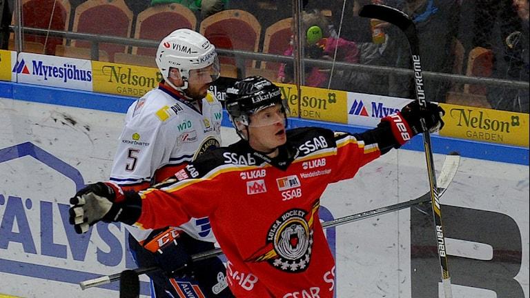 Luleås Lennart Petrell firar efter att ha lyft in en retur till 2-1 mot Växjö. Foto: Alf Lindbergh/Pressbilder.