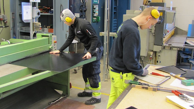 Hampus Ek och Linus Åström arbetar med sina tävlingsbidrag. Foto: Hjalmar Lindberg/Sveriges Radio.