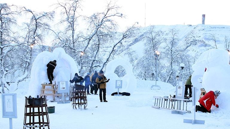 Här pågår tävlingen i snöskulptering i Kiruna. Foto: Alexander Linder/ Sveriges Radio.