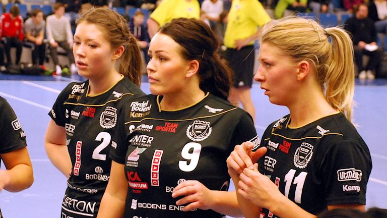 Carin Bergdahl mellan Elin Gran och Sara Nordström. Foto: Hjalmar Lindberg/Sveriges Radio.