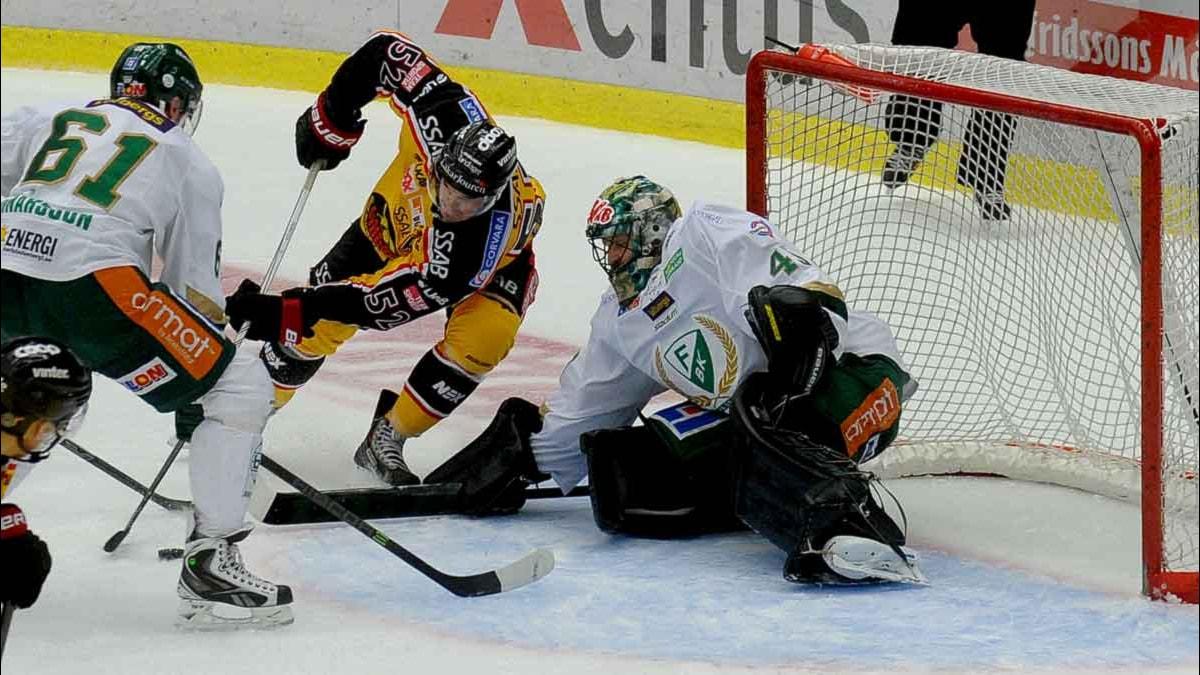Luleå Hockeys Karl Fabricius mot Färjestads målvakt Justin Pogge. Foto: Alf Lindbergh/Pressbilder.