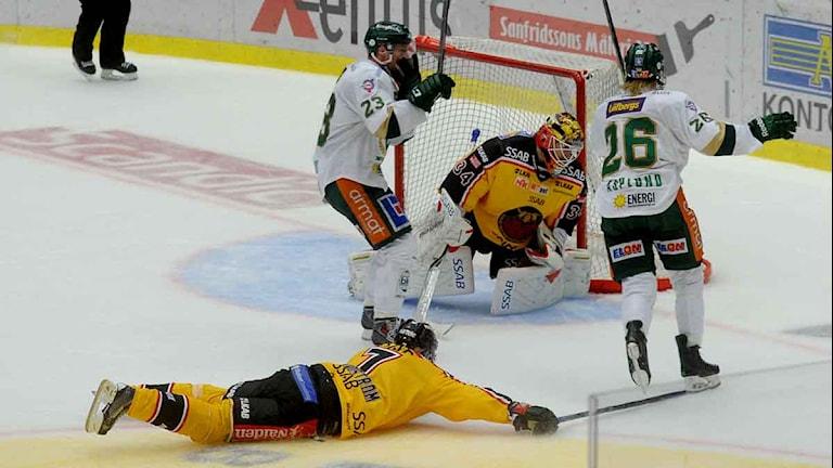 Färjestads Rasmus Asplund avgör i förlängning mot Luleå Hockey. Foto: Alf Lindbergh/Pressbilder.