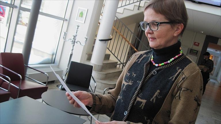Ingrid Stridfeldt,  f.d.personaldirektör NLL läser beslut från DO. Foto Stig-Arne Nordström/Sveriges Radio.