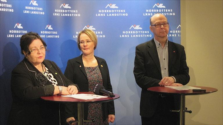 De tre landstingsråden Agneta Granström (MP), Maria Stenberg (S) och Glenn Berggråd (V) ska förstärkas med ytterligare en Socialdemokrat. Foto Stig-Arne Nordström/Sveriges Radio.