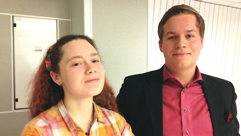 Anja Rudycheva från Ryssland och Martin Elfvelin som erbjudit sin soffa. Foto: Tova Nilsson