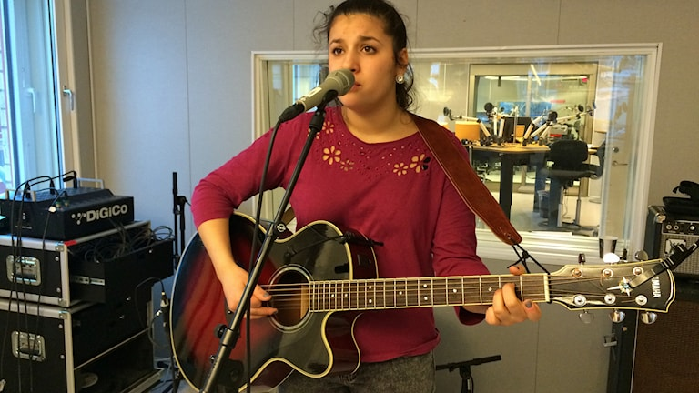 Nadia Sahlin spelar live i P4-studion. Foto: Fredrika Johansson/Sveriges Radio.