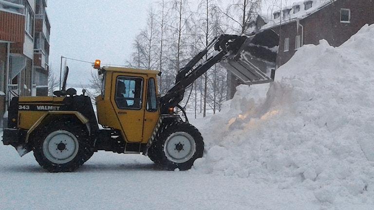 Traktor skottar snö. Foto: Eleonor Norgren/Sveriges Radio.