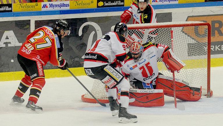 Luleå Hockeys Daniel Zaar mot Örebros målvakt Julius Hudacek. Foto: Alf Lindbergh/Pressbilder.
