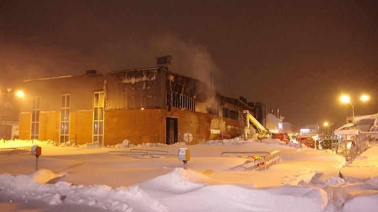 Räddningstjänsten arbetar med släckningen av branden i Ferruforms lokaler. Foto: Patrik Boström/ Sveriges Radio.