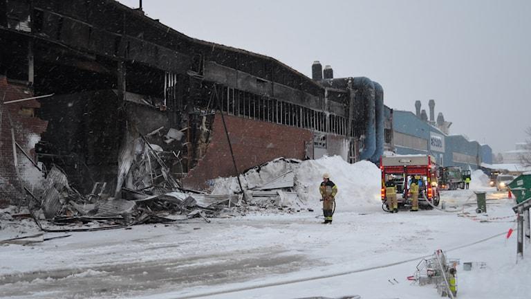 Eftersläckning av utbränd industrilokal på Ferruform i Luleå. Foto: Hjalmar Lindberg/Sveriges Radio