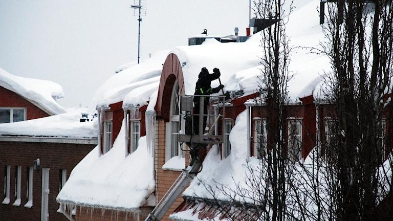 Takskottning pågår i Luleå. Foto: Hjalmar Lindberg/Sveriges Radio