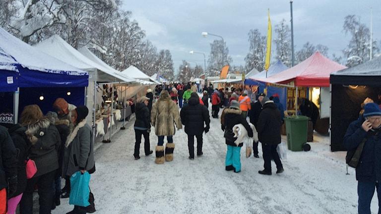Vimmel på Jokkmokks marknad 2015. Foto: Linnea Luttu/Sveriges Radio.