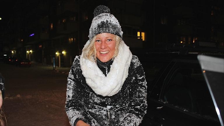 P4 Norrbottens programledare snöbadades av Furuparksskolans elever efter kvalomgången. Foto Stig-Arne Nordström/Sveriges Radio.
