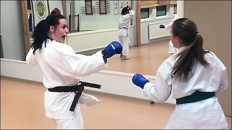 Josefin Ekberg (tv) är en av deltagarna i karatetävlingen Boden Open. Foto David Zimmer/Sveriges Radio.