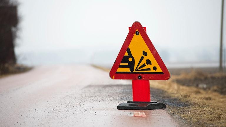 Skylt varnar för stenskott. Foto: Fredrik Sandberg/TT