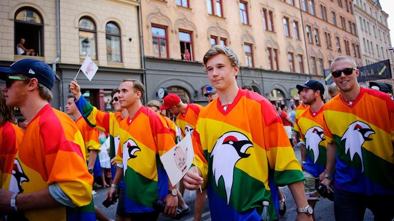 Kiruna IF i Stockholm Pride-paraden. Foto: Annika af Klercker/TT.