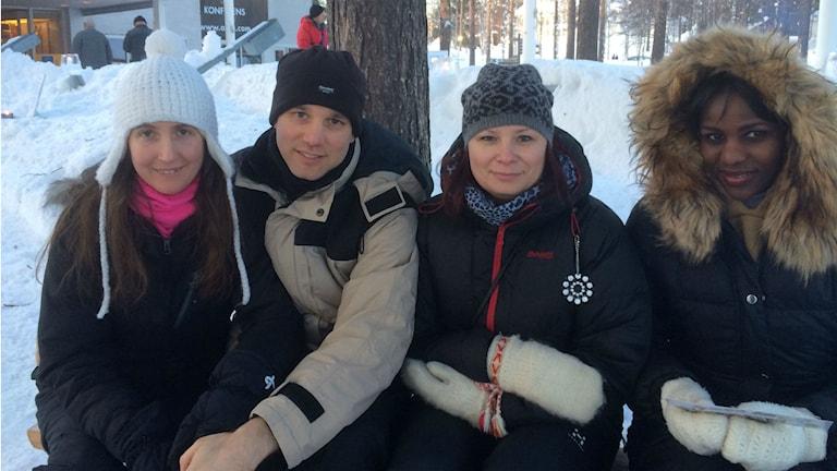 Från vänster: ungerskan Agnes Barta, engelsmannen Adam Clipstone, SFI-läraren Helena Stenman och kenyanskan Eva Kinyanjui i Jokkmokk. Foto: Eva Elke/Sveriges Radio
