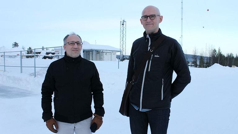 Vincent Leudière och Michael Lundin hoppas på en lyckad raketuppskjutning från Esrange utanför Kiruna. Foto: Alexander Linder/ Sveriges Radio.