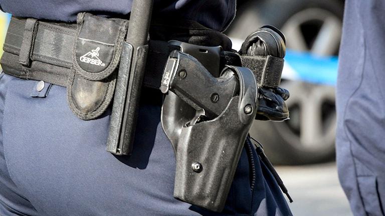 Polis med vapenbälte med pistol i hölster. Foto: Bertil Ericson/TT.