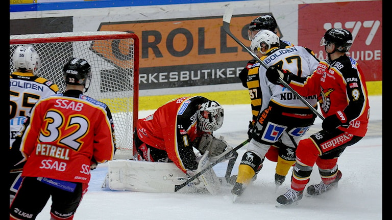 Luleå Hockeys målvakt Daniel Larsson blockerar mot Skellefteå. Foto: Alf Lindbergh/Pressbilder.