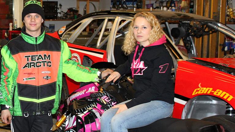 Skotercrossförarna och samboparet Petter Nårsa och Elina Öhman i verkstaden. Foto: Marcus Nilsson/Sveriges Radio.