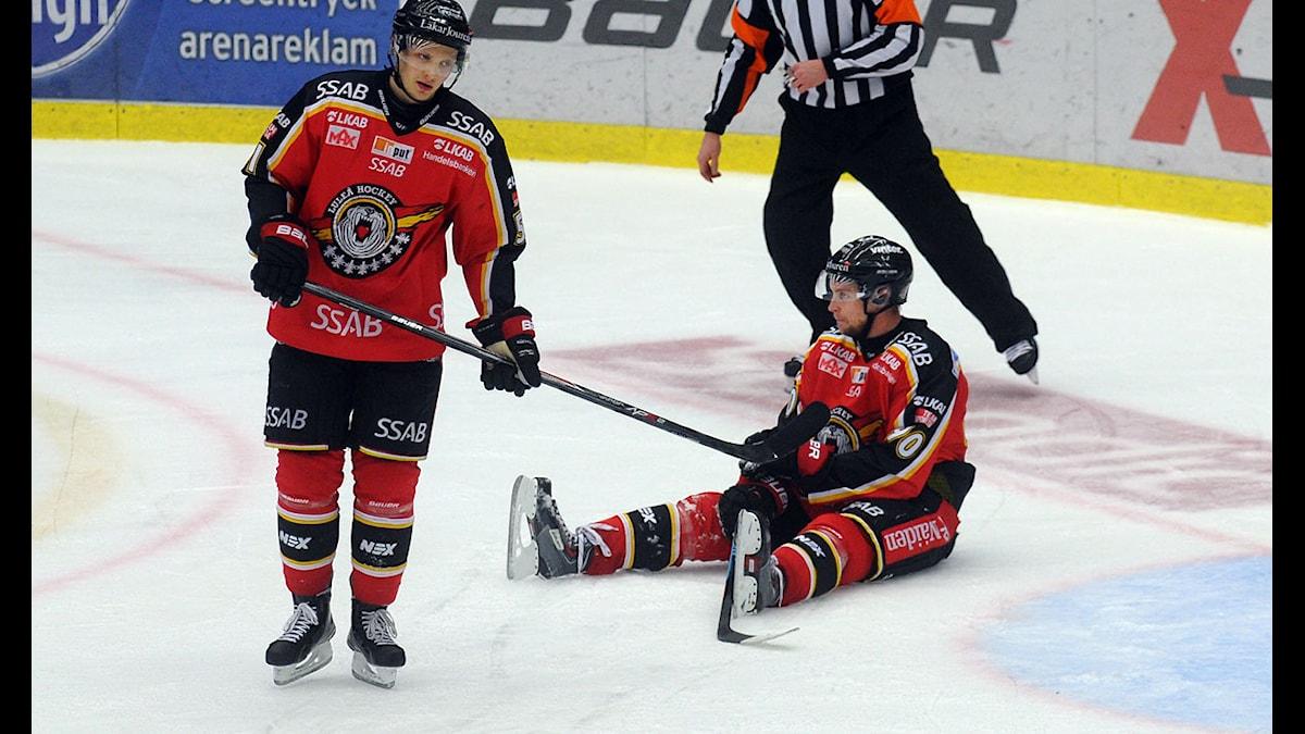 Kristian Näkyvä och Johan Harju (sittande) i Luleå deppar efter förlust mot Brynäs i SHL. Foto: Alf Lindbergh/Pressbilder.