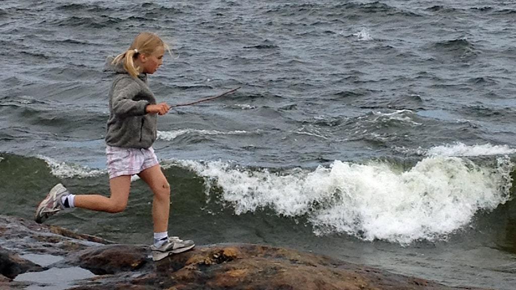 Barn springer på klippor vid havet. Foto: Anna-Karin Lindqvist.