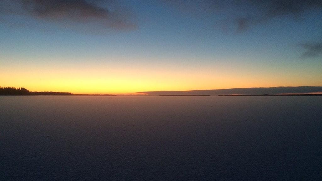 Lyssnarbild: Soluppgång över Rånefjärden. Foto: Jens Svensson.