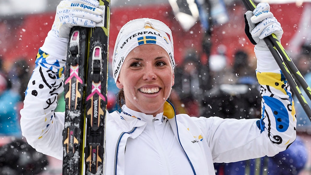 Charlotte Kalla jublande glad efter VM-guldet på 10 km fristil i skid-VM i Falun. Foto: Anders Wiklund/TT.