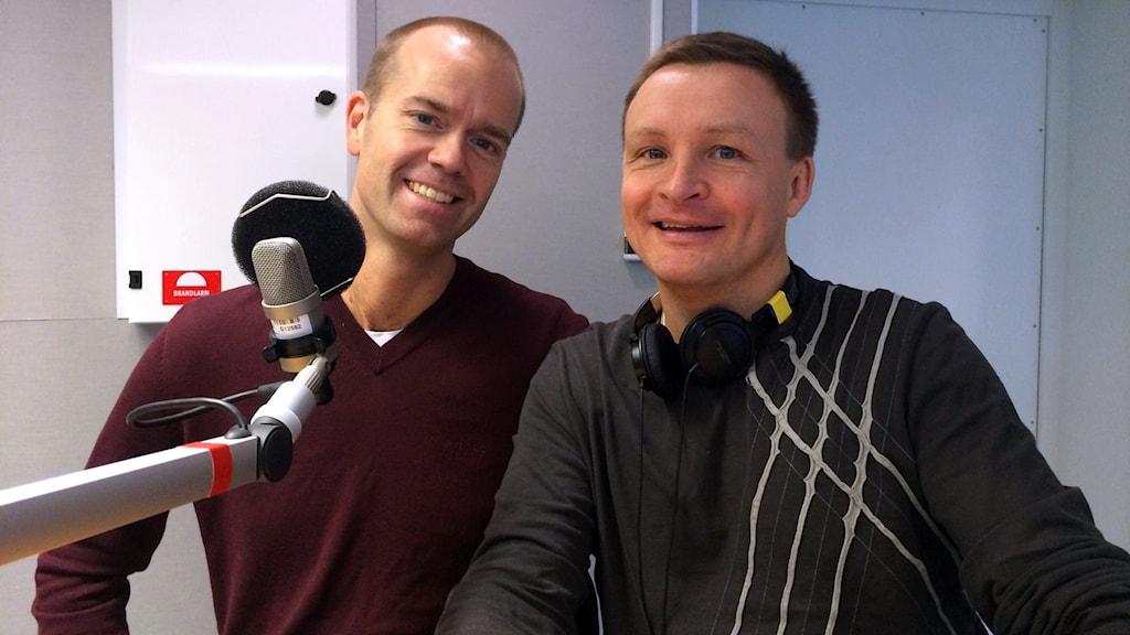 Här har ni två lyckliga pessimister, psykologen Mattias Lundberg och komikern Jan Bylund. Foto: Linnea Luttu/Sveriges Radio