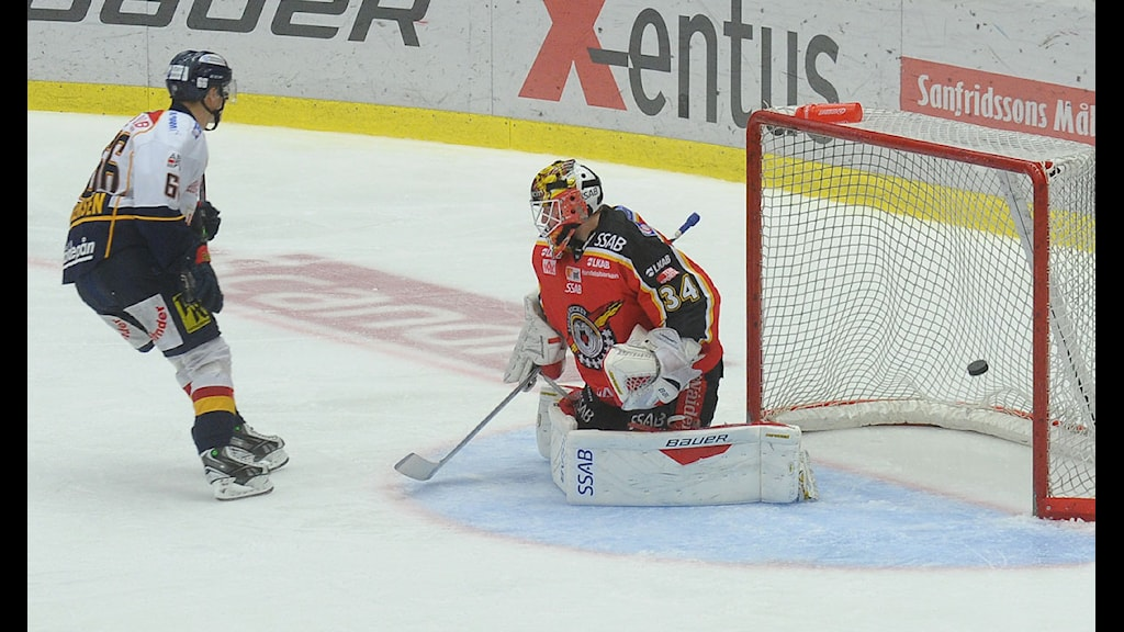 Djurgårdens Marcus Sörensen gör mål på Luleå Hockeys målvakt Joel Lassinantti. Foto: Alf Lindbergh/Pressbilder.