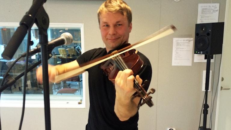 Daniel Wikslund spelar fiol i studion. Foto: Linnea Luttu/Sveriges Radio.