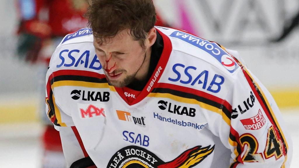 Luleå Hockeys Cam Abbott lämnar isen blödandes efter huvudtacklingen mot Frölunda. Foto: Adam Ihse/TT.