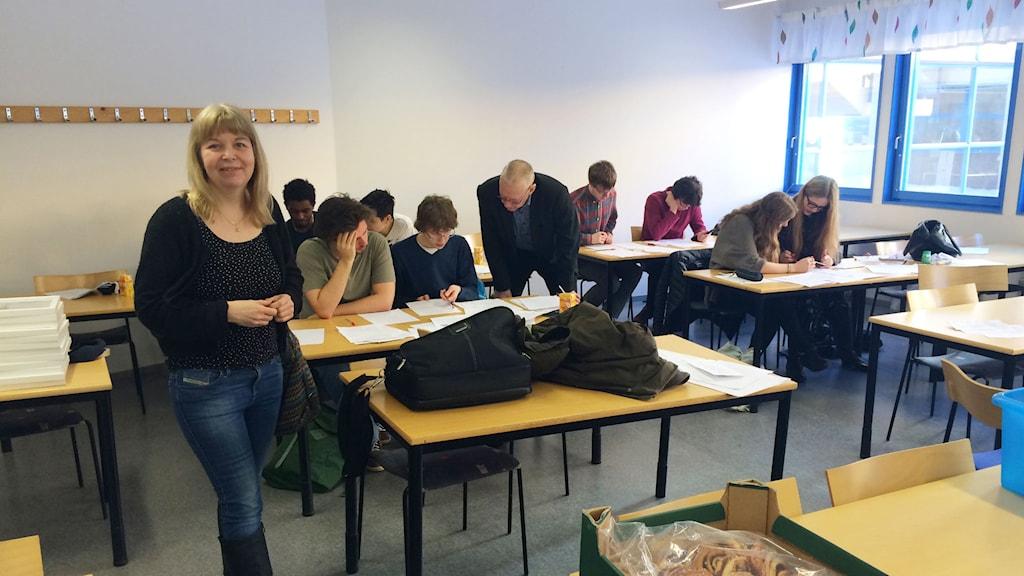 Läraren Anna Wedestig tillsammans med de elever som rättar proven i Pythagoras Quest. Foto: Linnea Luttu/Sveriges Radio.