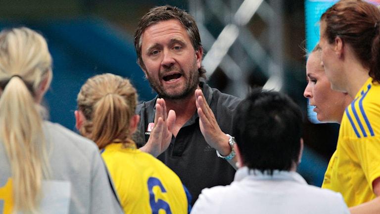 Arkivbild från när Per Johansson coachar damhandbollslandslaget.